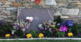 Een advocaat van de familie heeft aan daily mail bevestigd dat de presentatrice een einde aan. Welcome To Ladun Liadi S Blog Photos See The Private Grave Site Where Kobe Bryant And Daughter Were Laid To Rest