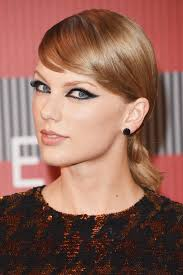 p swift went 60s mod for the award show with exaggerated liner