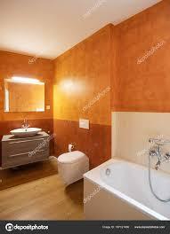 Badezimmer Mit Modernen Oberflächen Und Orange Wände Niemand Inneren