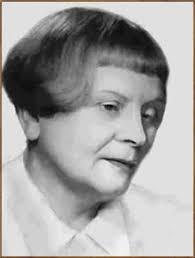 Urodzona jako Maria Szumska. Pochodziła ze zubożałej rodziny ziemiańskiej. Studiowała na uniwersytetac