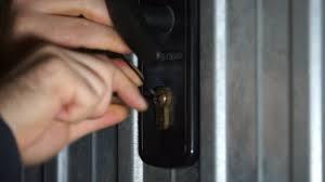 Risultati immagini per scassinare una serratura con una carta di credito