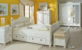 Sie müssen platz für das bett, ihre kleidung und andere persönliche gegenstände hier sind einige tipps und grundregeln für die anordnung der möbel in einem kleinen schlafzimmer. Landhausmobel Massiv Aus Holz