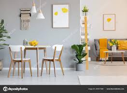 Zwei Weiße Lampen über Einen Runden Esstisch Offenen Raum