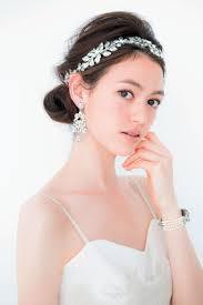 入札の若い花嫁巻きの髪を茶色白ドレスと紫のビーズ ブレスレット 花嫁