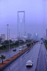 بالصور.. أمطار متوسطة الغزارة على الرياض