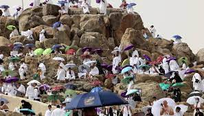 الحجاج يغادرون عرفات نحو مزدلفة بعد تأدية الركن الأعظم من الحج الثاني في  زمن كورونا
