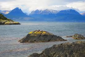 terra del fuoco e ushuaia passo a passo e tra queste strade ed oltre questo mare inizia e finisce anche la storia di questi miei giorni costruita sul desiderio di andare oltre al sud viaggiando