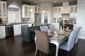 35 Striking White Kitchens with Dark Wood Floors Dcoration de la