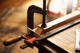 La pression est peu élevée, mais cet outil est très pratique pour maintenir une pièce peu lourde et peu épaisse, du fait de son faible écartement. Serre Joints Tout Savoir Sur Cet Outil Indispensable Aux Bricoleurs