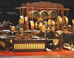 Ini mungkin kerana peralatan muzik gamelan tergolong dalam kumpulan alat perkusi dan dibunyikan dengan cara di tabuh atau dipukul. Terlengkap Alat Musik Tradisional Jawa Tengah Dan Gambarnya