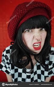 Retrato Mujer Joven Morena Con Piercing Nariz Sombrero Rojo Sobre