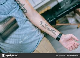 подходит молодой парень имея новую татуировку на внутренней стороне