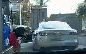 Video Geht Viral Frau Will Ihren Tesla Betanken Und Verzweifelt