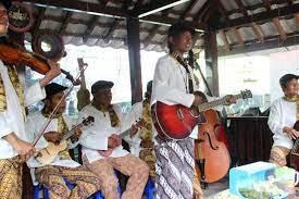 Musik tradisional adalah bagian dari instrumen budaya yang menggambarkan ciri dan adat istiadat suatu wilayah. Seni Musik Pengertian Sejarah Dan Unsurnya Halaman All Kompas Com