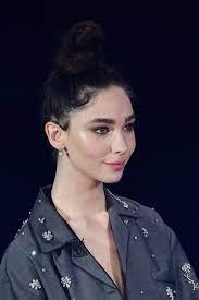 Matilda De Angelis foto: fiera del volto con cicatrici dell'acne