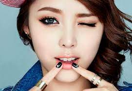 3 cara membuat makeup bibir gradasi ala