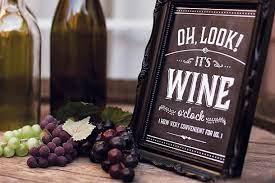 Confira dicas de como aproveitar acessórios para compor uma aconchegante decoração com vinho para as festas de fim de ano. Cha Bar Queijos E Vinhos Decoracao Cha Bar Cha Bar Vinhos