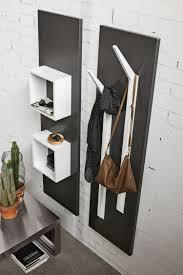 Die Garderobe Ramo besitzt Kleiderhaken und quadratische ...