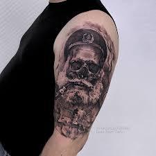 фото мужской татуировки на плече в стиле хоррор реализм череп моряка