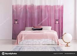 Rosa Schlafzimmer Mit Weiße Kugel Stockfoto Photographeeeu