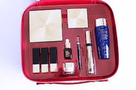 you get a beautiful red lacquered cosmetics case filled with 10 estée lauder bits of which 8 are full size makeup items and 2 are luxe skincare sles