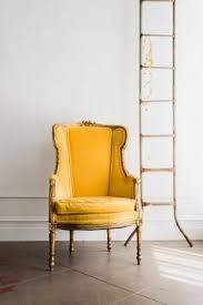 contraste entre el estilo clásico de la ca y el color de la tapicería terciopelo