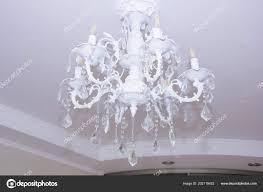 Große Weiße Kronleuchter Schlafzimmer Stockfoto
