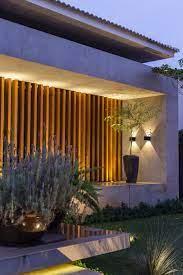 A madeira tem uma qualidade estética marcante. Fachada Marcante Com Ripado Em Freijo Fachadas De Casas Terreas Exteriores De Casas Fachadas De Casas