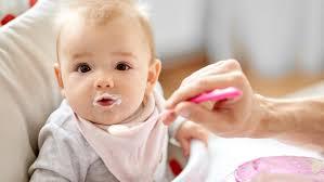 Bố mẹ có nên cho trẻ 7 tháng tuổi ăn váng sữa hay không?