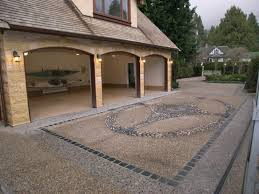 floor front porch of pebbles arranged very rapai and large garage