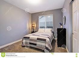 Graues Einfaches Schlafzimmer Mit Großem Bett Großes Fenster