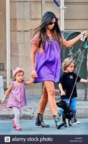 Una gravidanza Camila Alves e i suoi figli Levi e Vida McConaughey sono  visti a spasso il loro cane in Manhattan New York City, Stati Uniti  d'America - 29.08.12 Foto stock - Alamy