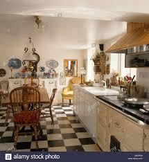 Schwarzen U0026 Weiße Schachbrettmuster Vinylbodenbelag In Weißen Land Küchen  Mit Windsor Stühle Und Tisch Aus Holz Und Creme Aga