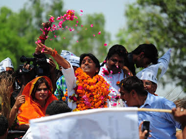dr kumar vishwas with his wife