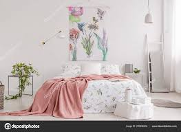 Pfirsich Decke Und Weiß Mit Grün Muster Leinen Auf Bett Stockfoto
