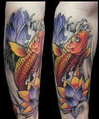 фото тату красно оранжевый карп и фиолетовые цветы татуировки и
