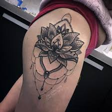 фото женской татуировки на бедре цветок лотоса и кружево в стиле