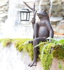 sitting frog garden statue with solar lantern