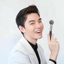 talking about one out of five top makeup artists in thailand there would be nong chat or chatchai piengaphichart definitely listed he is so por and