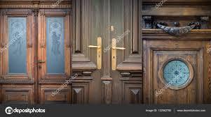 Alte Türen Griffe Schlösser Gitter Und Fenster Stockfoto