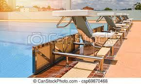 Haltegriff für römische treppen in schwimmbädern. Starting Position Schwimmbad Treppen Greifen Bars Leiter Competitive Schwimmbad Startposition Schwimmbad Mit Blauer Canstock