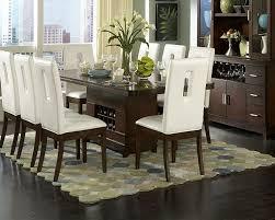 Mesa de jantar com cadeiras brancas e mesa marrom