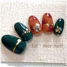 緑色で大人っぽくモスグリーンカラーのネイルのネイルデザイン特集