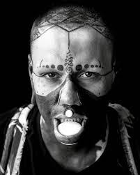 боевая раскраска одержимый тату мастер забил татуировками все тело