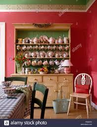 Sammlung Von Keramik Schüsseln Und Teller Auf Großen Kiefer