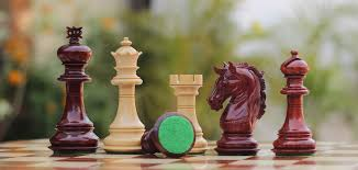 bulk whole hand carved beige maroon color chessmen in wood classic looking chess pieces figurines