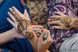Fotografie Obraz Uplatňování Henna Tetování Na Ruce ženy Pohled