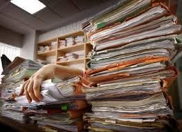 Resultado de imagen de monton de papeles encima de la mesa de despacho