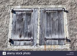 Alte Fensterläden Aus Holz Mit Schmiedeeisernen Scharnieren