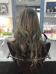 アッシュグレーの暗めがお洒落上品な髪色で学校でも仕事でも人気に